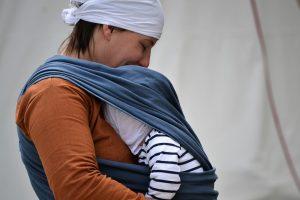 Chusta do noszenia dziecka - od kiedy?