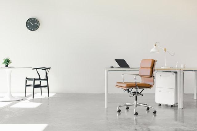 W jaki sposób amortyzować meble biurowe?